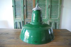 """Maxlume - grote industriële hanglamp Grote en prachtige industriële lamp van het Engelse merk Maxlume circa 1950-1960. Vergeet al die karakterloze lampen uit Oost-Europa de échte industriële lampen komen uit Engeland!Deze lamp komt uit een voormalige werkplaats van de Britse spoorwegen. De lamp is volledig schoongemaakt en gerenoveerd. De kleur van het emaille is groen (""""British racing green"""") binnenkant is wit emaille. Het Maxlume-logo is mooi in het emaille verwerkt. De lamp heeft slechts…"""