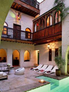 Mezclando elementos tradicionales de las estética árabe con muebles de exterior de estilo moderno conseguiremos espacio muy especiales.