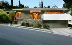 This house in Beachwood Canyon, LA showcases a smart contemporary renovation of an original mid-century design. Mid Century Ranch, Mid Century House, Mid Century Exterior, Mcm House, Loft, Modern Exterior, Mid Century Modern Design, Midcentury Modern, Modern Architecture