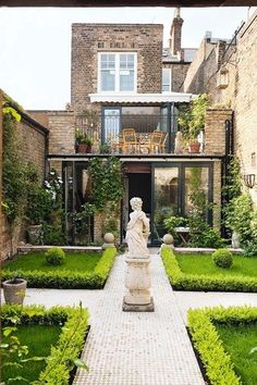 The garden of this townhouse is a sanctuary of peace and style. it is an utter visual pleasure!