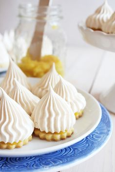 Shortbread cookies topped with meringue kisses, layered with lemon curd. (in Polish) Shortbread Cookies, Cake Cookies, Lemond Curd, Lemon Curd Recipe, Meringue Kisses, Homemade Butter, Cold Meals, Dessert Recipes, Desserts