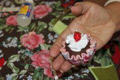 Quer aprender a fazer esse lindo cupcake de feltro?  A artesã Deise Costa ensinou na Mega Artesanal 2012 como fazer! - Veja mais em: http://www.vilamulher.com.br/artesanato/passo-a-passo/cupcake-de-feltro-passo-a-passo-17-1-7886495-166.html?pinterest-destaque