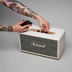 Marshall Stanmore Wireless Bluetooth Cream White Digital Speaker Audio System. Another absolutely gramovox Bluetooths product. They used to call these things radios but progress knows no mercy I take it. What do the knobs do? Maybe open the frigde? Ah...