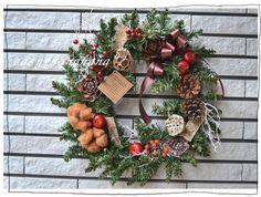 フェイクの土台を使用し来年も使える大きなクリスマスリースを作りました。取り付けてある花材は自然素材です。すべてワイヤーでとめてあります。今年飾って傷んでしまっ...|ハンドメイド、手作り、手仕事品の通販・販売・購入ならCreema。