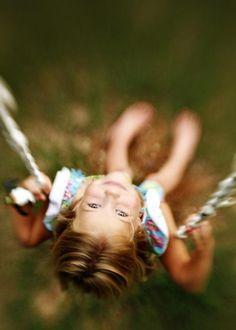 Smile, niña en columpio