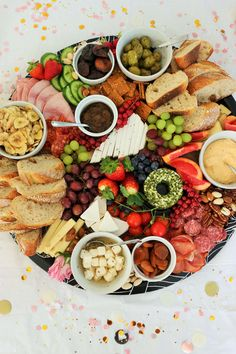 Käseplatte war gestern: Denn der neue Trend heißt Charcuterie-Board bzw. Grazing-Platter. Quasi herzhaftes & deftiges Partyfood für jeden Anlass! Egal ob Geburtstag, Hochzeit, Mottoparty, JGA/Brautparty, Babyparty...oder die Feiertage wie Valentinstag, Ostern, Weihnachten & Silvester. Diese Partyplatte mit Fingerfood kannst Du super einfach und total stressfrei in vielen Varianten, auch vegetarisch & vegan, umsetzen! // #partyfood #partytrends #partyplatte #rezeptideen #foodtrends… Party Food Platters, Cheese Platters, Candy Bar Party, Party Buffet, Valentines Food, Food Trends, Charcuterie Board, Finger Foods, Vegan Vegetarian