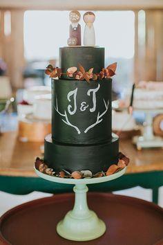 Bolo de casamento moderninho - preto com efeito de lousa e casal de madeira no topo do bolo ( Foto: Frankie e Marília )