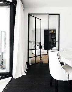 There's something so beautifully classic about black framed windows and doors. I particularly like how the jute rug adds a touch of warmth to the space. 🖤 Design by Christian's & Hennie. Black And White Interior, White Interior Design, Interior Exterior, Best Interior, Interior Decorating, Black White, Black Metal, Decorating Ideas, Interior Doors