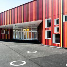 A Bernay, dans l'Eure, l'agence Prinvault Architectes a reconstruit l'école Jean Moulin, détruite suite à un incendie. La commune a vu ce sinistre comme une opportunité d'agrandir l'établissement et de redynamiser le quartier avec un bâtiment contemporain et ludique.