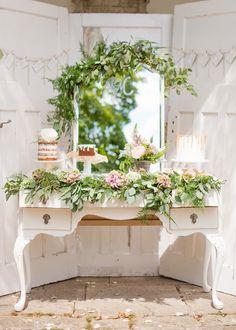 cake table with greenery, photo by Wedding Belles. Ruffled – photo by http://www.weddingbelles.co.uk/ – http://ruffledblog.com/english-countryside-wedding-inspiration/