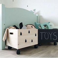 Uma ideia bacana para organizar os brinquedos das crianças...caixas de madeira, aquelas de feira sabe?! Lixar e pintar...dá para por rodinhas ou não...para fazer a caixa com quadro negro é só passar spray preto fosco, ou ainda revestir de contatc preto...projetos novos para a semana que tal?! #inspiração #organização #decoração #organizaçãobrinquedos #caixasorganizadoras #organizandoosbrinquedosdascrianças #diy #façavocêmesmo #quadronegro #reciclando