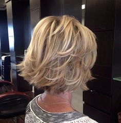 If you've ever had hair problems, such as fine curls, uncontrollable manes or dull curls, short layered hair styles are the answer. Whoever did these hairstyles for the first time really saved the world. Medium Length Hair With Layers, Medium Hair Cuts, Medium Hair Styles, Short Hair Styles, Haircut Medium, Medium Layered, Blonde Bob Hairstyles, Hairstyles Over 50, Cool Hairstyles