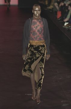 Romeo Gigli at Paris Fashion Week Fall 2003 - Runway Photos Anti Fashion, 2000s Fashion, Fashion History, Runway Fashion, Paris Fashion, Fashion Prints, Fashion Art, Art Conceptual, Pale Fire