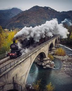 Steam Power! . Photo by @maxlazzi . #tuscanyplanet #traveltotuscany #visittuscany #tuscanlandscape #tuscanlife #tuscany #toscana #tuscanhills #tuscancountryside #train #steampower