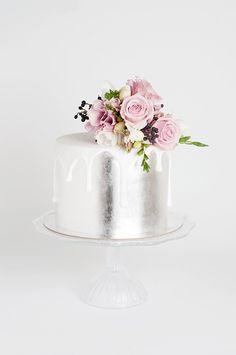 Pastel de boda en plateado con flores lilas
