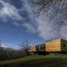 B House von CH + QS Arquitectos in Segovia, Spanien - Dekoration De Cabin Design, House Design, Clad Home, Wood Facade, Decoration Entree, Container Buildings, Storey Homes, Spanish House, Home Design