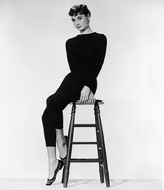 Get the quintessential wardrobe basics that turned celebrities such as Kate Moss, Audrey Hepburn and Jackie O into style icons. Sabrina Audrey Hepburn, Audrey Hepburn Outfit, Audrey Hepburn Mode, Audrey Tautou, Audrey Hepburn Pictures, Audrey Hepburn Fashion, Aubrey Hepburn, Audrey Hepburn Wallpaper, Audrey Hepburn Ballet