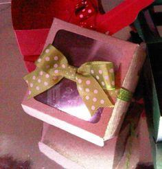 Caja para cupcake Modelo : cb1f Materiales: Cartulina, acetato Aplique : Lazo