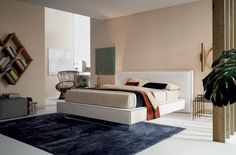 The headboard and bed frame on this model create a bold, linear look. The contrasting piping outlines the shape of the headboard and bed frame. The XL version of the Bolton model, with a large headboard, can also be positioned in the centre of the room. Large Furniture, Furniture Styles, Furniture Design, Fabric Storage, Bed Storage, Grey Table, Luxury Furniture Brands, Furniture Collection, Home Interior