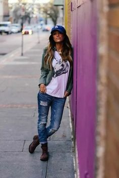 Really like this relaxed casual look. Ive never been one to wear a baseball cap but think i might start if I am going to look this hot! | casual style