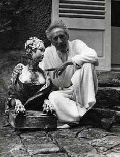 Jean Cocteau devant sa maison de Milly-la Forêt (France)