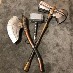 Steampunk Weapons, Sci Fi Weapons, Weapons Guns, Fantasy Armor, Fantasy Weapons, Foto Batman, Asgard, Homemade Weapons, Sword Design