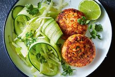 Salmon cakes with cucumber and apple are a fast and tasty way to end your working day. When you have a busy schedule you can make them in advance too, so your day is stress-free!