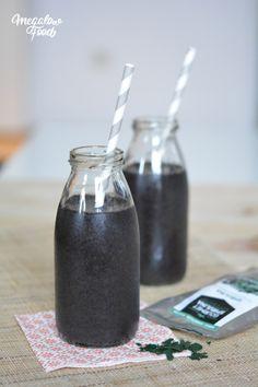 Smoothie blueberries & spirulina // Smoothie aux myrtilles et à la spiruline // Banane, myrtilles surgelées, eau de coco, lait d'amande, épinards, spiruline // Banana, frozen blueberries, coconut water, almond milk, spinack, spirulina.