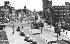 Rotterdam - Schiekade, richting centrum. Het puntdaktorentje is van het 'Sint Franciscus Gasthuis'. Het flat gebouw aan de overzijde daarvan is bij het Ungerplein. Op de voorgrond de weg naar links is de Bergweg, naar rechts de Walenburgerweg.