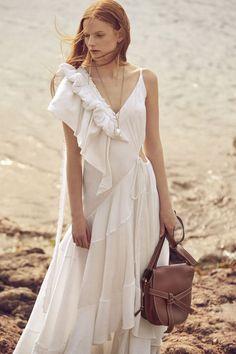 Vogue Fashion, Runway Fashion, Woman Fashion, White Summer Outfits, Fashion Silhouette, Fashion Details, Fashion Design, Girl Photography Poses, Women's Summer Fashion