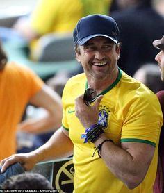 Todos os sorrisos: Gerard Butler mostrou o seu apoio para o Brasil como ele se estabeleceu...