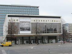 Ein von das bekannteste Kino von Berlin !  Er lag an der Est Berlin Teilung in ein unglaubliche und leer Boulevard !! Erstaunlich !!