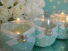 Olha como fica lindo customizar potes de vidro com purpurina e acrescentar velas dentro deles. Fica com um efeito maravilhoso para uma Festa Infantil Frozen feita a noite.