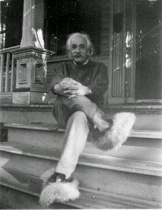Einstein con pantuflas de felpa de peluche.