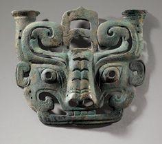A bronze taotie mask fitting, Early Western Zhou Dynasty. hoto: Sotheby's / Art Digital Studio. Bronze Sculpture, Sculpture Art, Statues, Objets Antiques, Art Chinois, Art Ancien, Art Asiatique, Zhou Dynasty, China Art