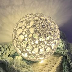 Snowflake Ornaments, Ball Ornaments, Lampe Crochet, Christmas Balls, Christmas Ornaments, Xmas, Coffee Crafts, Flower Ball, Ball Lights