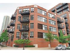 River North may be known to house some of Chicago's most expensive condos for sale, there's also a WIDE range of more affordable options on the market that don't sacrifice appeal or desirability. Check 'em out now! #loftliving #rivernorth #industrialhistory #realestate #chicago