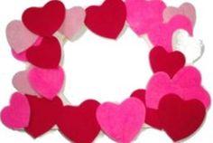 Marco de fotos con corazones de madera.                              …