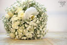 Un buchet de mireasă, cocardă mire şi brăţari domnişoare de onoare pentru o nuntă cu tematică Love&Travel. Florile alese au fost:floarea miresei, orhidee, hortensii alb-verzui, trandafiri albi.  Detalii prețuri: Prețurile diferă în funcție de dimensiunea buchetului, de florile alese și de perioada în care are locevenimentul. Wedding Designs, Table Decorations, Color, Colour, Dinner Table Decorations, Colors