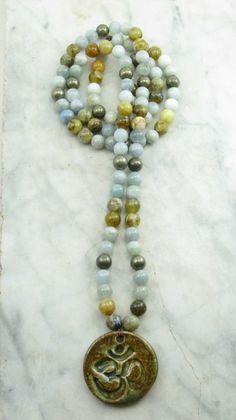 Description du produit  Devi Mala – 108 Aquamarine, opale et Pyrite Mala Beads  Ce mala terreux est issu dune aigue-marine, opale et billes de mala de pyrite. Ces pierres dénergie de guérison sont combinés pour un mala qui contribue à lintégration de lénergie féminine, lénergie masculine et connexion Divine. Nom de Devi, laspect féminin du divin, tel que conceptualisé par la tradition de Shakta de lhindouisme. Devi est le pendant féminin sans lesquels laspect masculin, qui représente la…