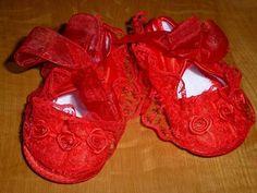 Sapatinhos em renda vermelha, com detalhes de rosas e laçarote à frente. Tamanhos: 9 e 12 meses 12€ com portes incluídos para Portugal Portugal, Baby Shoes, Kids, Clothes, Fashion, Sequins, Lace, Shoes, Roses