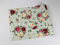 Papel de parede floral com fundo verde claro e desenhos em tons amarelo, vinho e rosa - Rose 23