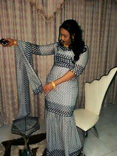 Malian Fashion bazin #Malifashion #Malianfashion #bazin #Africanfashion #Westafricanfashion #Mali #Bamako #malianwomenarebeautiful #dimancheabamako #mussoro #malianwedding #bazinriche #malianbride #lesmaliennesontbelles #lesafricainessontbelles #brodé #brocade #teinture #gala #waxoutfits #ankara #dalifini #vlisco #getzner Ankara Gown Styles, Ankara Gowns, African Wear Dresses, African Attire, African Braids Hairstyles, Africa Fashion, African Women, I Dress, Short Dresses