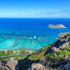 A breathtaking view of the blue sky and the blue sea on a honeymoon? Yes please!🙋🏻 Photo by @champcameron in #Oahu