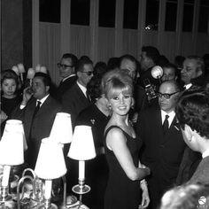 1956, Roma. Brigitte Bardot ad una conferenza stampa al Grand Hotel.