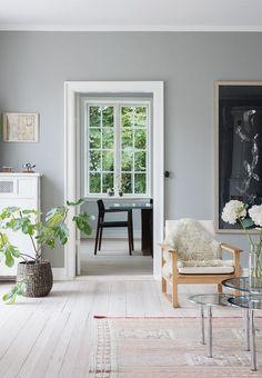 Stue med vægge malet i grå med enkle lette møbler Living Room Interior, Home Decor Bedroom, Nordic Bedroom, Interior Decorating, Interior Design, Scandinavian Living, Modern Kitchen Design, Cozy Living, Kitchen Layout