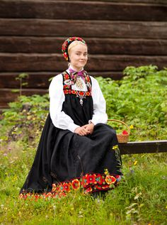 One of the first norwegian embroidered bunads was from Hallingdal and designed by Hulda Garborg in 1898. The bunad was made on the basis of the folk costume in the area.  Copyright-Laila-Duran-2