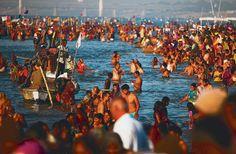 Kumbh Mela 2013 Allahabad. Maailman suurin festari, jossa hindupyhiinvaeltajat kastautuivat Gangesjokeen syntiensä puhdistamiseksi. Kumbh Mela pidetään vuorotellen neljässä eri paikassa joka kolmas vuosi, Allahabadissa siis kerran 12 vuodessa. Tänään sunnuntaina on Kumbhin tärkein kylpypäivä, ja väkeä odotetaan paikalle jopa 30 miljoonaa.