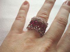 Anillo pasodoble hecho a mano con tupis de cristal swaroski y rocalla, en tonos rosas. Para esquema o encargos en caprichosmarja@gmail.com.