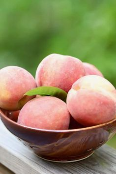 Southern-Style Easy Fresh Peach Pie is full of sun-ripened peach filling cooked to perfection. This peach pie recipe is one you will want to make time and time again. Easy Peach Pie, Fresh Peach Cobbler, Peach Pie Recipes, Southern Desserts, Peach Slices, Sweet Peach, Southern Style, Peaches, Bakery